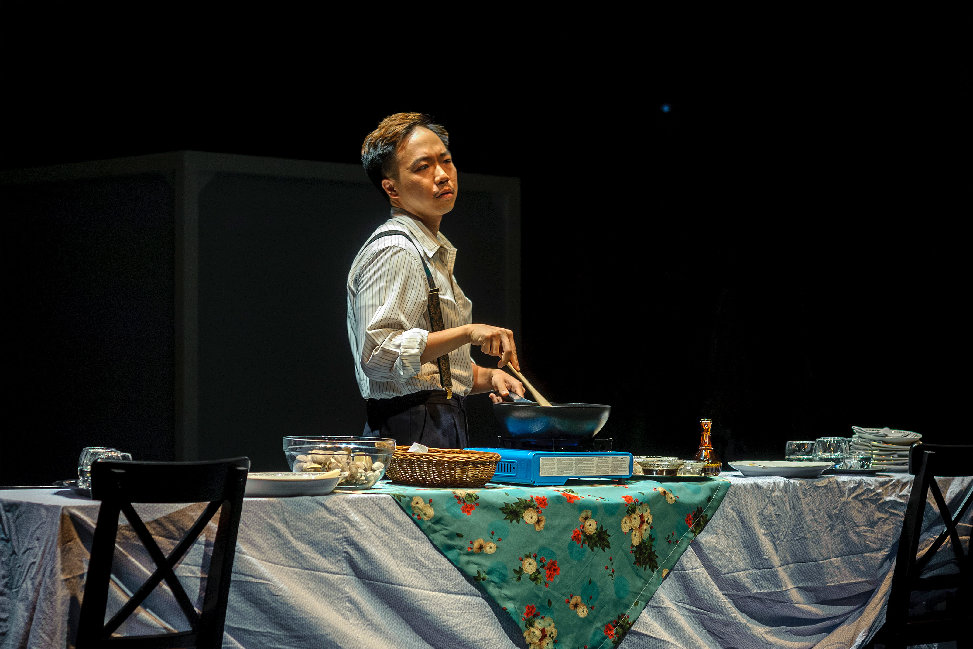 In one of these scenes, a Hong Kong actor cooks up a meal of seafood in Hong Kong style live on stage and invites impromptu six audience members to share the meal.